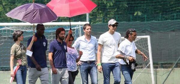 Mario Balotelli e Andrea Pirlo con le ombrelline