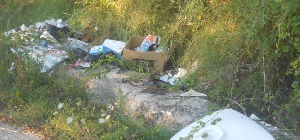 Uno dei tanti accumuli di immondizia lungo la strada Madonna della Vittoria