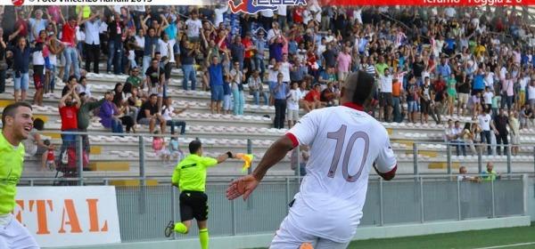Dimas festeggia la rete contro il Foggia (foto di Vincenzo Ranalli)