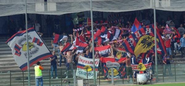 Tifosi rossoblù all' Arechi di Salerno