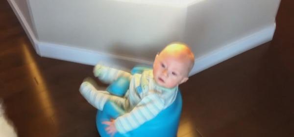 Bambino sul roomba