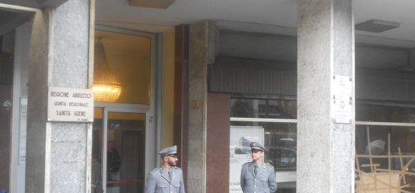Gli uomini della Forestale dinanzi alla sede dell'Assessorato alla Cultura di Pescara