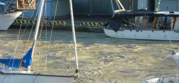 Le acque ancora alte ed agitate del Pescara