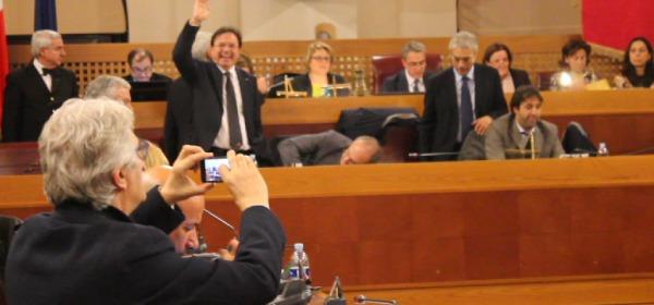 Di Bastiano (NCD) filma il voto col cellulare