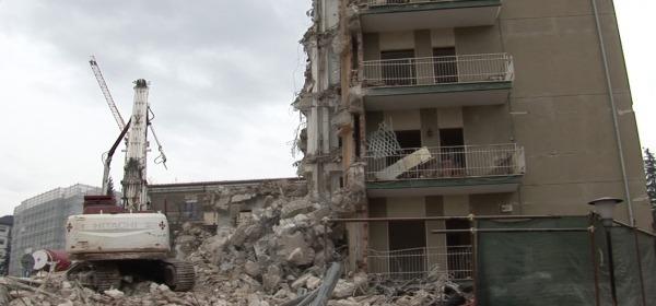 Demolizione palazzo lungo Via Aldo Moro a L'Aquila
