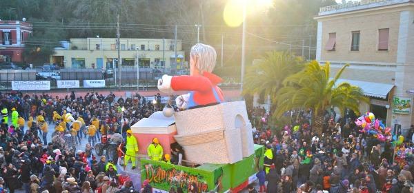 La sfialta dei carri del Carnevale di Francavilla