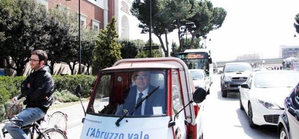 Luciano D'alfonso con l'apetta elettorale