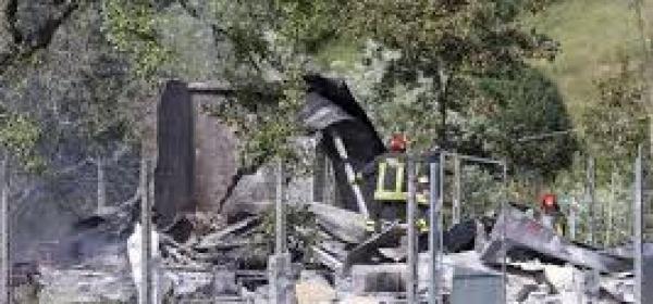 L'azienda Paolelli dopo l'esplosione (foto Ansa)