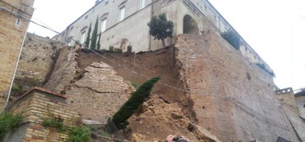 Balconata Palazzo d'Avalos Caduta per pioggia