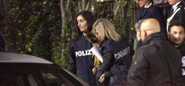 Loris, la mamma esce dalla questura per andare in carcere