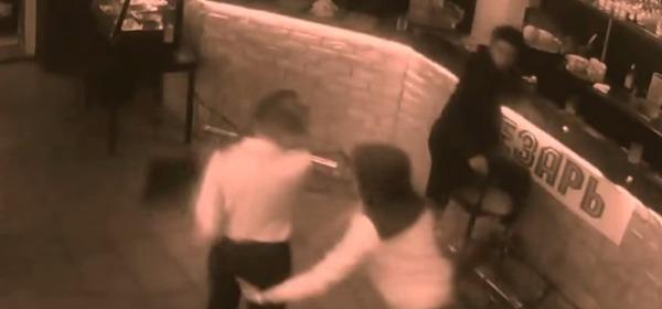 cameriera mette cliente KO