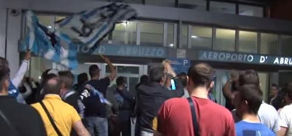 I tifosi all'Aeroporto accolgono il Pescara