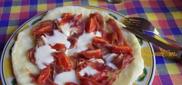 """Pizza """"Spuntino Al Mare"""" Pomodorini, Stracchino e Prosciutto – Senza Glutine"""