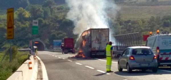 camion a fuoco-foto ansa