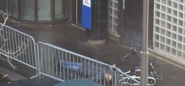 Parigi, uomo abbattuto - foto da twitter