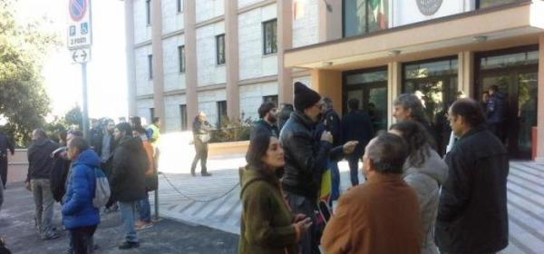 Manifestanti pro Ferrante- Foto da Ansa