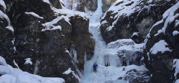 cascata di ghiaccio - foto di repertorio