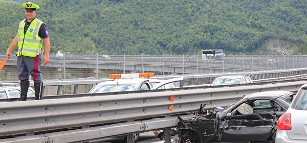 La Mercedes dopo l'impatto (foto ilcentro)
