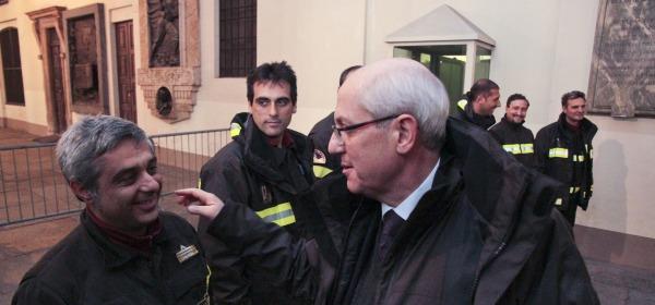 Il prefetto Tronca mentre saluta il funzionario dell'Aquila Pennelli davanti la questura di Torino