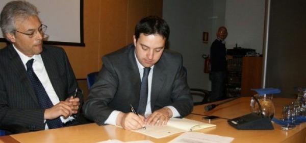 D'Alessandro mentre firma il Patto per lo sviluppo