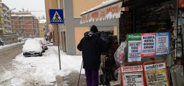 Celso Cioni sugli sci lungo Via Strinella