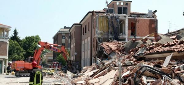 Il crollo di un edificio a Cavezzo