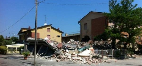 Una casa crollata a Cavezzo