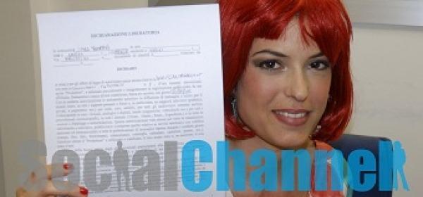 Sara Tommasi con il contratto firmato