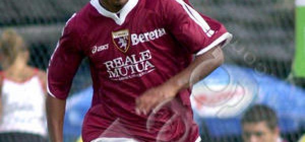 Claudio De Sousa, nella foto con la maglia del Torino
