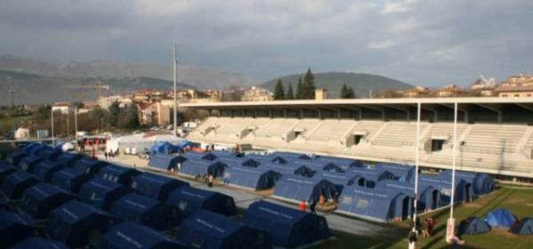 La tendopoli allestita nello stadio subito dopo il sisma