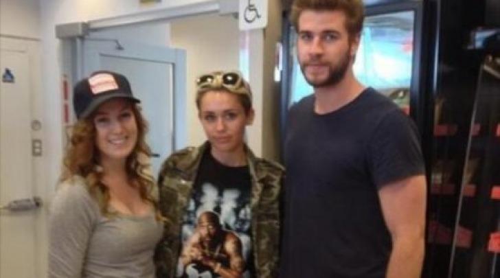 Miley Cyrus e Liam Hemsworth con una fan