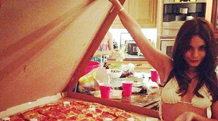 Vanessa Hudgens e la pizza ai peperoni gigantesca