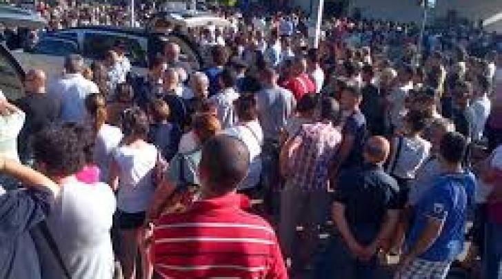 La folla al funerale (foto ANSA)