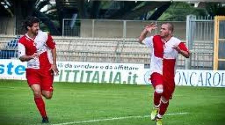 Francesco Casolla (in primo piano) con la maglia del Real Rimini
