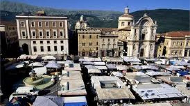 Mercato Piazza Duomo - foto ricordo prima del sisma