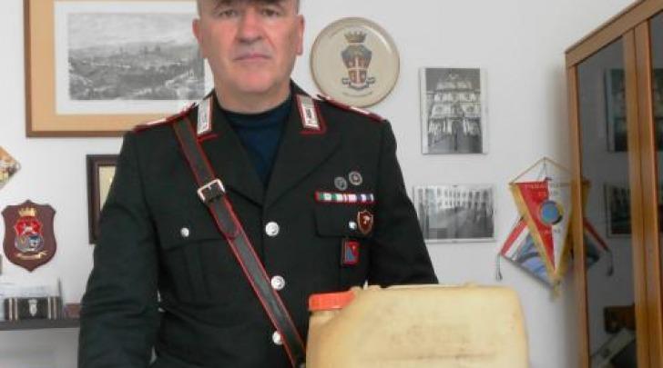 Carabiniere con oggetti sequestrati