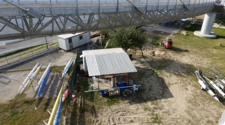 La barracca in eternit sotto il ponte del mare