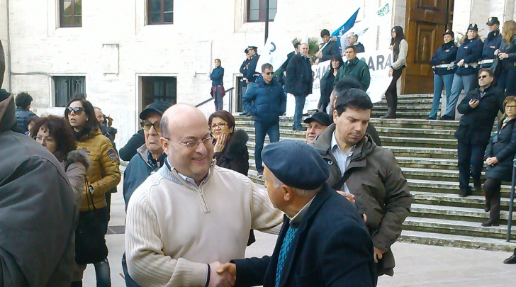 Massimiliano Pignoli con i manifestanti
