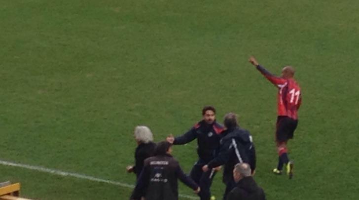 De Sousa saluta il pubblico dopo l'abbraccio con Pagliari