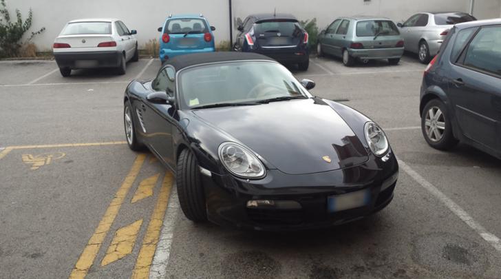 """Auto parcheggiata in maniera """"selvaggia"""" foto tratta dalla pagina Fb """"Il cafone avezzanese"""")"""