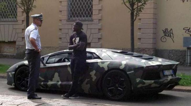 Muntari fermato a bordo della Lamborghini mimetica (Ansa)