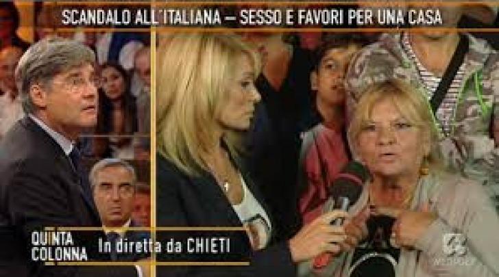 Un momento della diretta da piazza San Giustino sullo scandalo alloggi