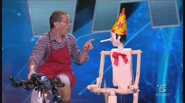 patrizio Scicoli pedala con Pinocchio a Tu si que vales (foto tratta da Facebook)