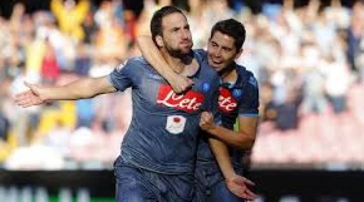 Gonzalo Higuain festeggiato dopo il gol