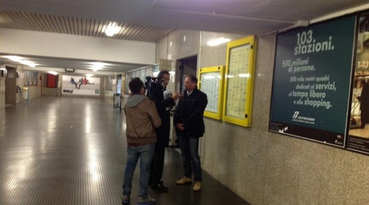 L'inviato de Le Iene a Pescara (foto Ansa)