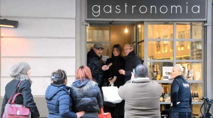 Elisabetta Canalis fa la spesa in rosticceria (Olycom)
