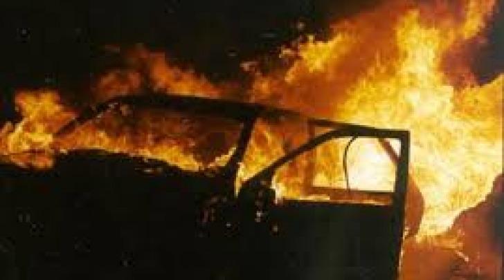 Auto avvolta dalle fiamme