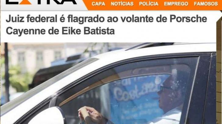 Il giudice Flavio Roberto de Souza a bordo della Porsche confiscata (extra.globo.com)
