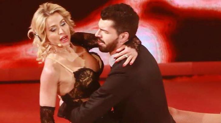 Valeria Marini, fuori di seno a 'Notti sul ghiaccio' (Lapresse)