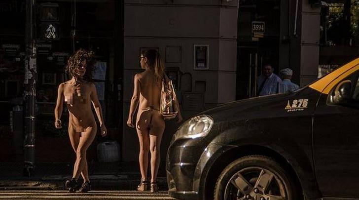 Buenos Aires, le modelle camminano nude in strada (Flickr)